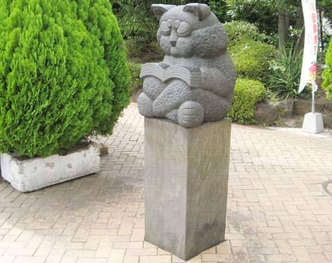猫の石像読書する猫01.jpg